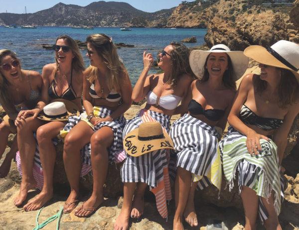 Mulheres posando para foto cada uma com sua Fouta Ibiza o seu presente exclusivo e personalizado