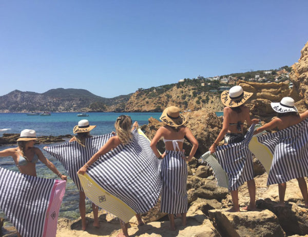 Mulheres de costas posando com suas foutas ibiza presente exclusivo e personalizado
